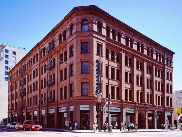 792px-Bradbury_building_Los_Angeles_c2005_01383u_crop
