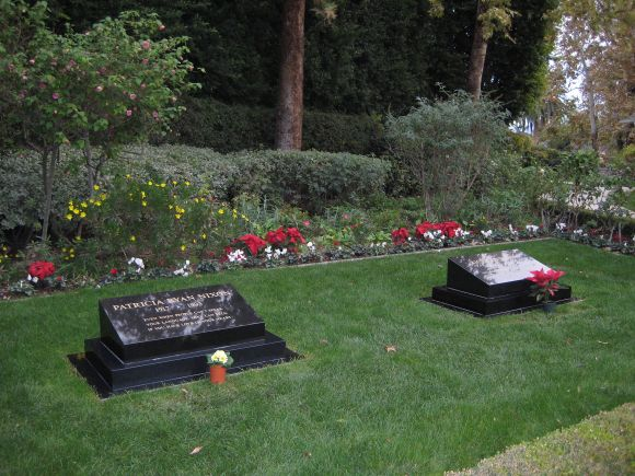 Gravestones_of_President_Richard_and_first_lady_Pat_Nixon